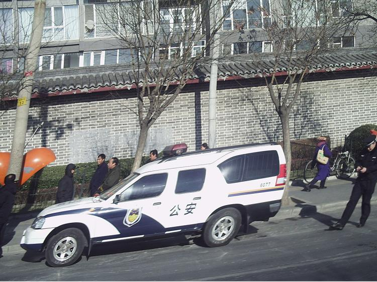 Police vehicle parked outside Beijing government offices to intercept petitioners.   (The Epoch Times)