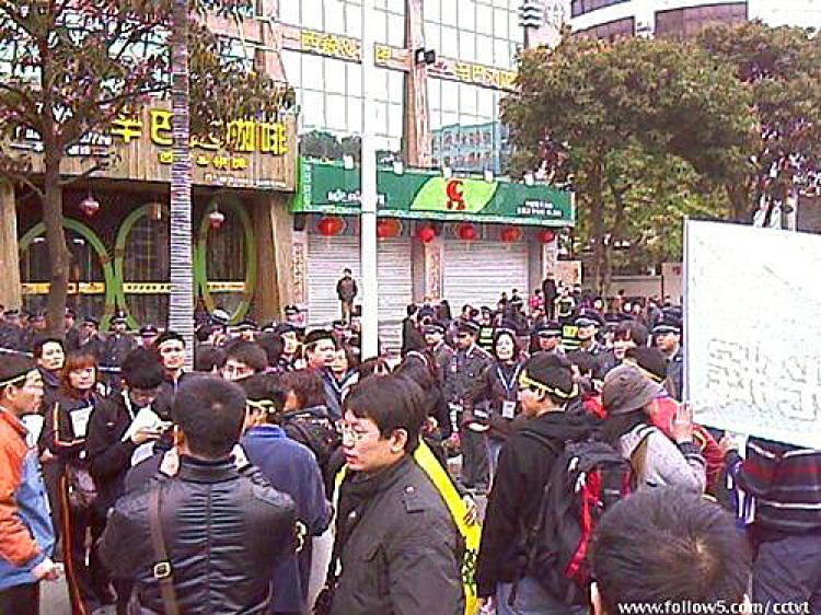 Over 1,000 bloggers from all over China gather outside the court to support the three defendants. (Internet photo)