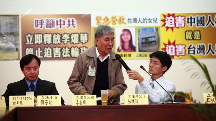 Li Shanzhen at press conference pleads, 'Please help save my daughter.' (Song Bilong/The Epoch Times)