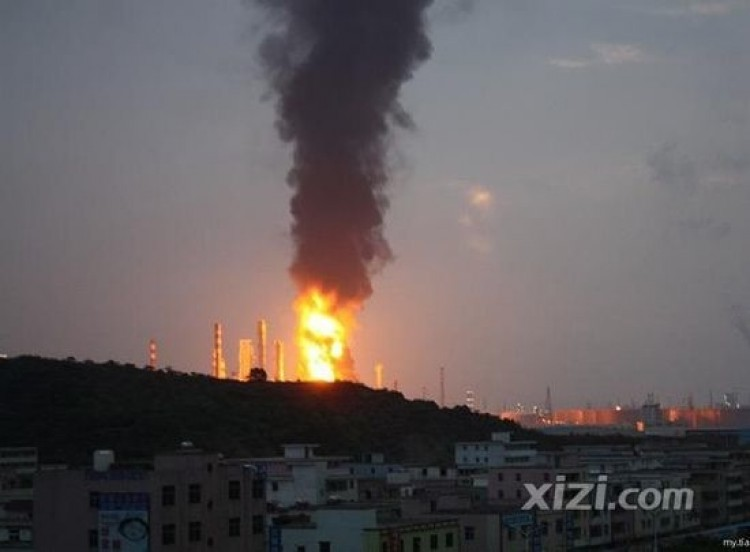 An explosion at an oil refinery in Huizhou, Guangdong province in China, before dawn on July 11. The explosion sparked raging fires with flames that reached 300 ft. (Photo from Xizi.com)