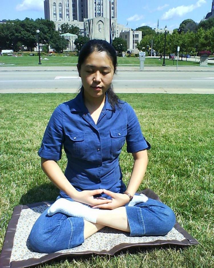 Jin Min Practicing Falun Gong meditation on the lawn in front of the Frick Fine Arts Building, University of Pittsburgh  (Epoch Times Staff)