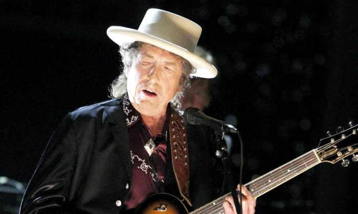 Bob Dylan Warns Fans Taking Photos at Concert: 'We Can Either Play or We Can Pose'