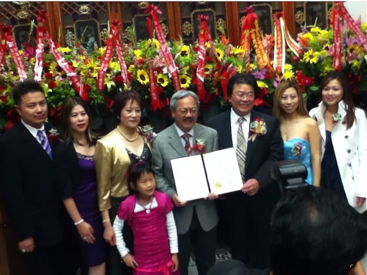 Mayor Ed Lee, center, presents an award to Roger Louie, President of the Chinese Consolidated Benevolent Association, to his right. At the ceremony Lee spoke out against the San Francisco Democratic Party's failure to endorse a Chinese-American candidate. (Matthew Robertson/The Epoch Times)