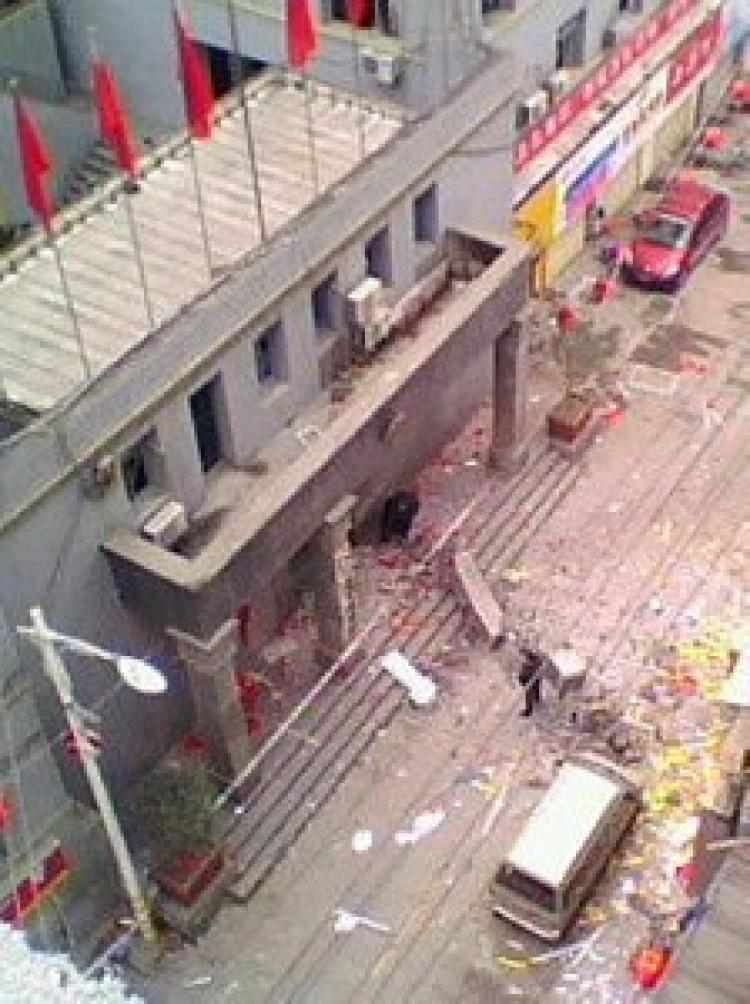 The explosion tore away one of the four pillars in front of Beihe government office building. (Chinese Blogger)