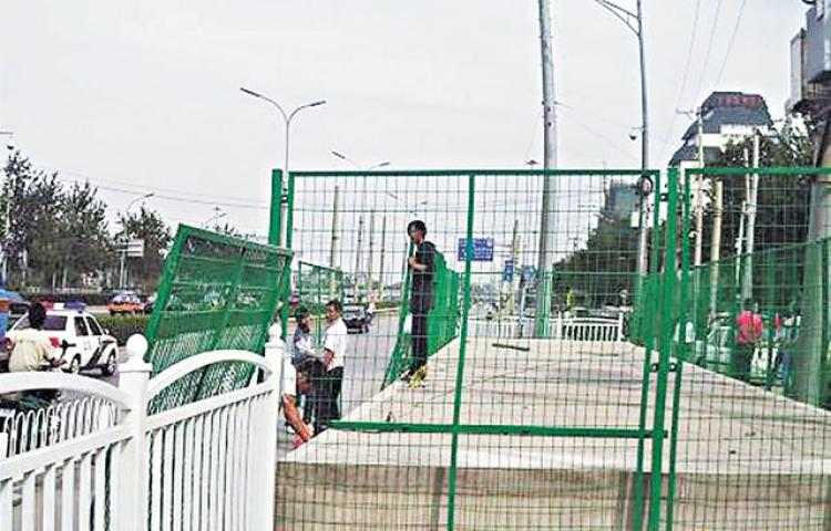 Beijing authorities set up wire fences to block petitioners from gathering. (Blogger image via Apple Daily)