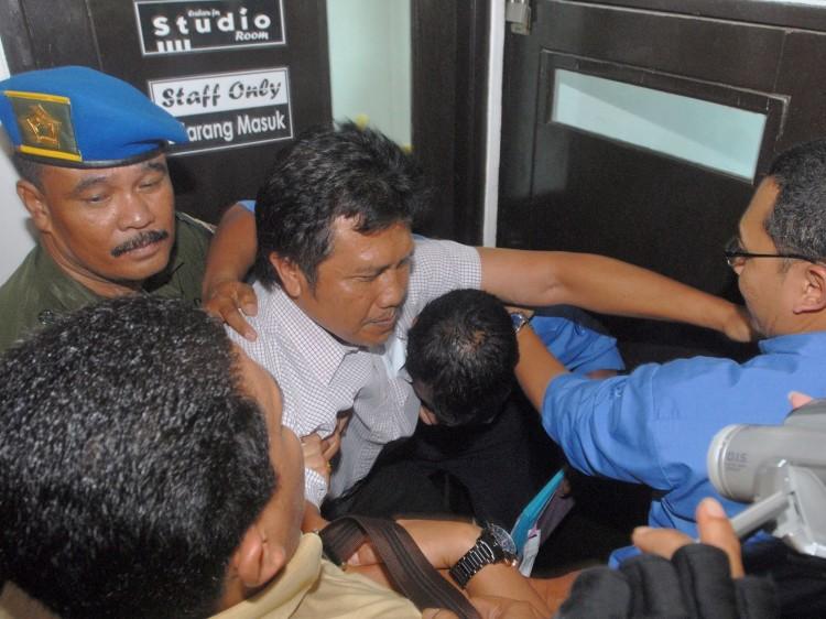 Gatot Machali tries to stop Indonesian authorities from raiding Radio Era Baru