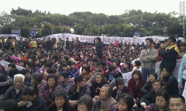 Thousands of villagers of protest at local government on Dec 3, in Shantou, Guangdong. (Provided by villigers)