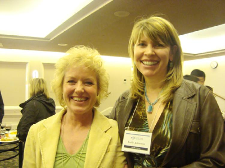 Ms. Johnston (R) and her friend (The Epoch Times)