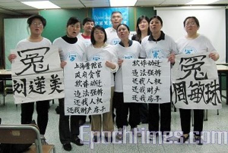 Eight petitioners put up slogans. They made no further bid for the Chinese Communist Party (CCP), five of the petitioners including Liu Lianmei (front, first from left), Bi Heying (front, second from left), Shi Yaping (front, third from left), He Maozheng (The Epoch Times)
