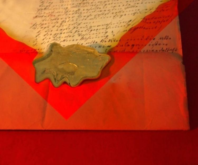 Delivery of the letter complies with the will of the heavens.  (Angela Parszyk/pixelio.de)