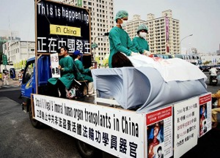 A re-enactment of the Chinese Communist Party's brutal crime of harvesting organs from live Falun Gong practitioners. (The Epoch Times)