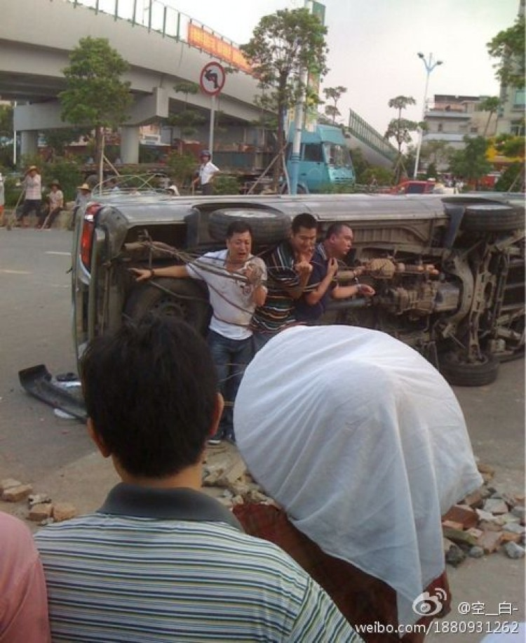 Three policemen tied to a truck beg for their lives on July 23, in Guangdong. (Weibo.com)