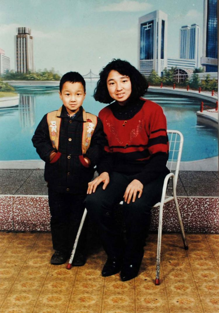 Yan Pingjun of Heibei (R) and her son before she was abducted by Chinese police on Aug. 2. (Clearwisdom.net)
