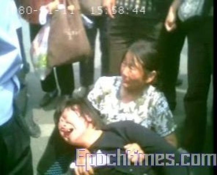 A maltreated petitioner trying to commit suicide due to desperation enraged fellow petitioners. (The Epoch Times)