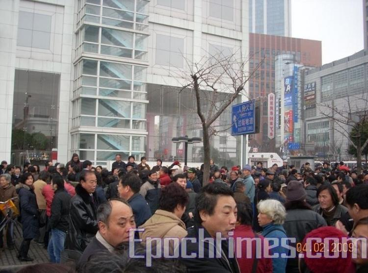 Chinese policemen are questioning passers-by. (The Epoch Times)