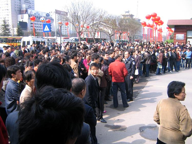 On the morning of March 23rd, hundreds of Starfish (Haixing) Supermarket employees rallied outside of Shaanxi Provincial Hall.  (The Epoch Times)