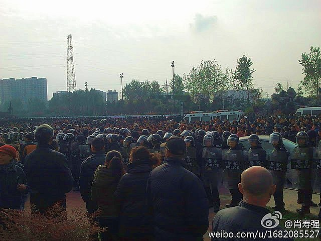 Thousands of workers at Yimian Group in Hebei Province have been on strike for over seven days. (The Epoch Times)