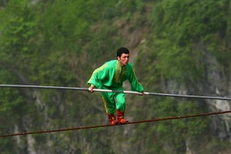 25-year-old Samit Ijon set the new world record for accomplishing the steepest long-distance tightrope walking. (The Epoch Times)