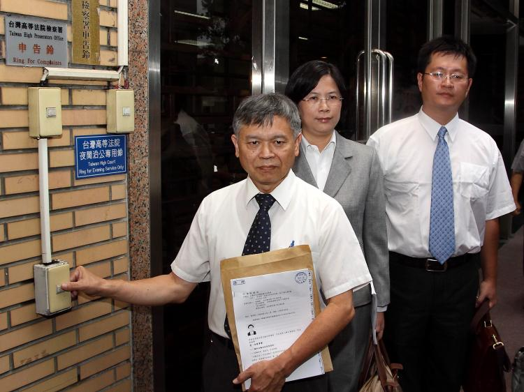 Professor Chang Ching-hsi (left), president of Taiwan Falun Dafa Association, and attorney Theresa Chu (middle) file a lawsuit at the Taiwan High Prosecutors' office against Guangdong Province governor Huang Huahua, Aug. 16, 2010. (minghui.org)