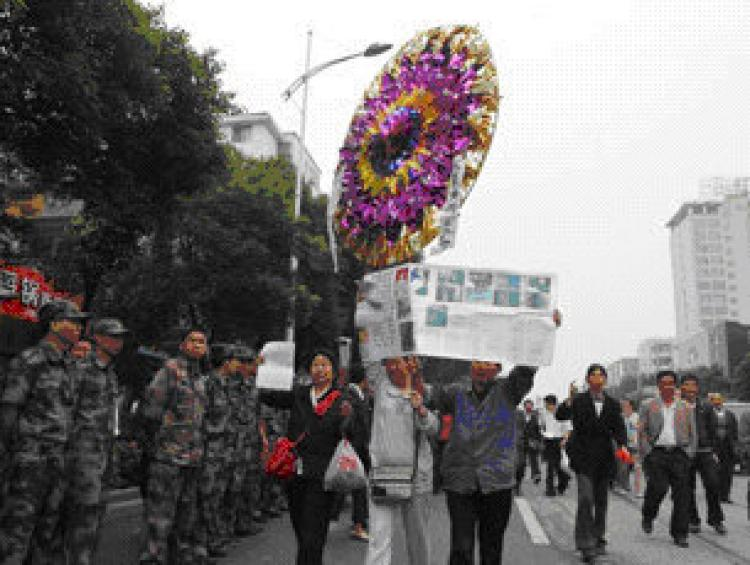 A memorial wreath for Zhu Jun is seen on June 2 outside the Lingling District Court, where he killed three judges the previous day. (Courtesy of Yongzhou resident to Radio Free Asia)