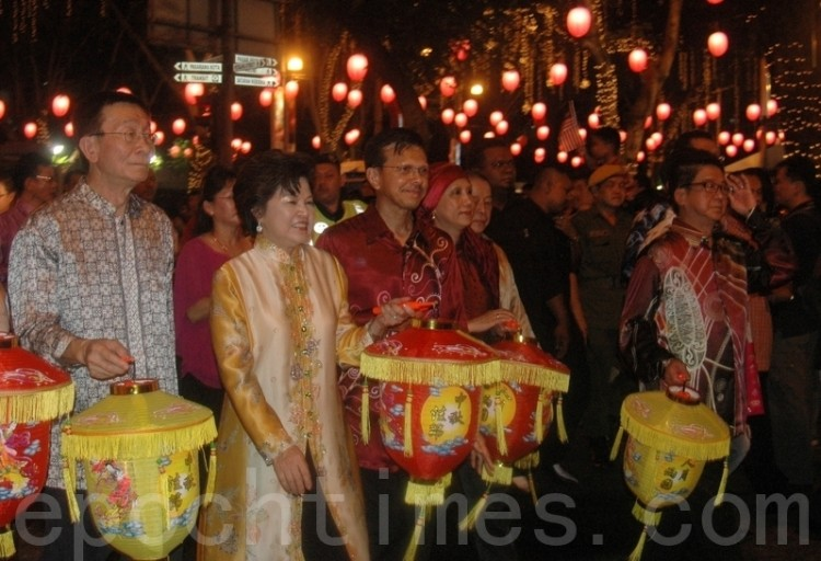 The Minister of Tourism and leaders of local Chinese organizations lead the lantern parade in Kuala Lumpur, Malaysia. (Yang Xiaohui/The Epoch Times)