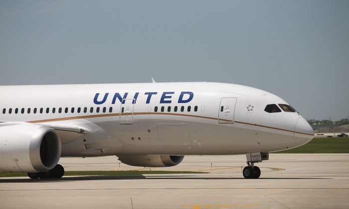 A United Airlines Boeing 787 Dreamliner taxis to a gate at O'Hare International Airport in Chicago, Ill., on May 20, 2013. (Scott Olson/Getty Images)