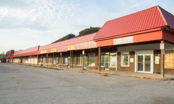 The strip mall in Pike Plaza in Port Jervis on Oct. 21, 2015. (Holly Kellum/Epoch Times)
