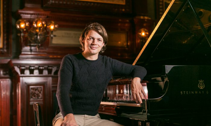 Pianist David Fray in the Board of Officers room of Park Avenue Armory in New York Oct. 7, 2015. (Benjamin Chasteen/Epoch Times)