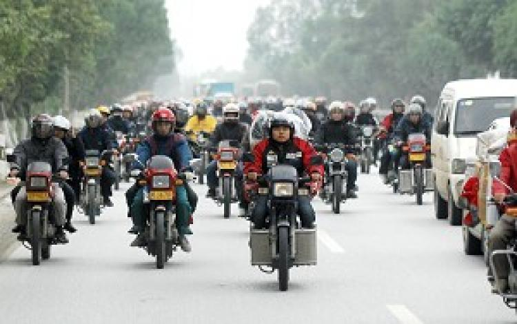 Unable to obtain bus or train tickets, tens of thousands of migrant workers must travel home for the holidays on motorcyles.  (The Epoch Times)