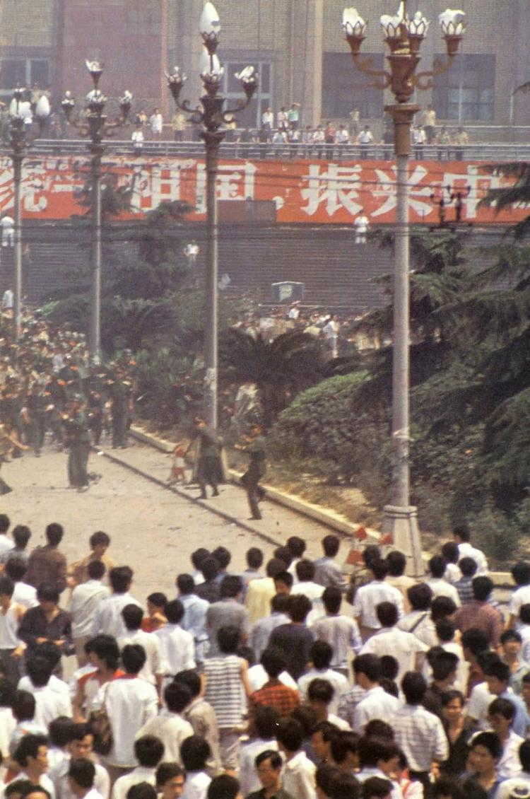 May 20th to May 22nd. Citizens and students of Beijing block the entry of the army into the city. (64memo.com)
