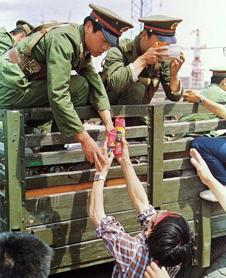 May 21st. Student demonstrators offering food to PLA troops in Feng Tai near Beijing. (64memo.com)