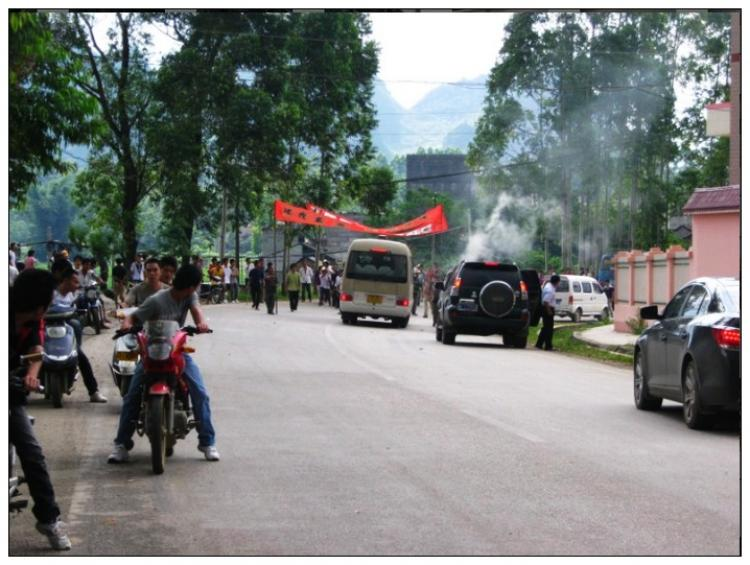 Villagers are seen on their way to petition the local officials.  (Provided by Chinese blogger)