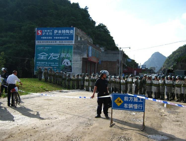 Armed police block the road to local officials' offices. (Provided by Chinese blogger)