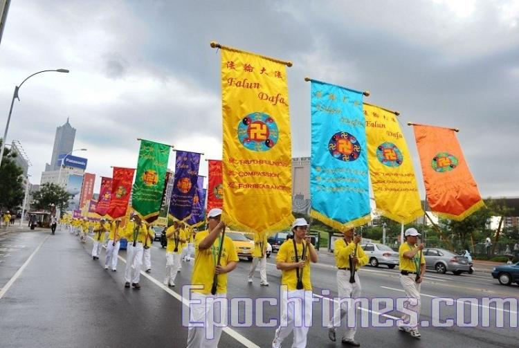 Parade in support of 80 million quitting the CCP.  (Sun Xiangyi/The Epoch Times)