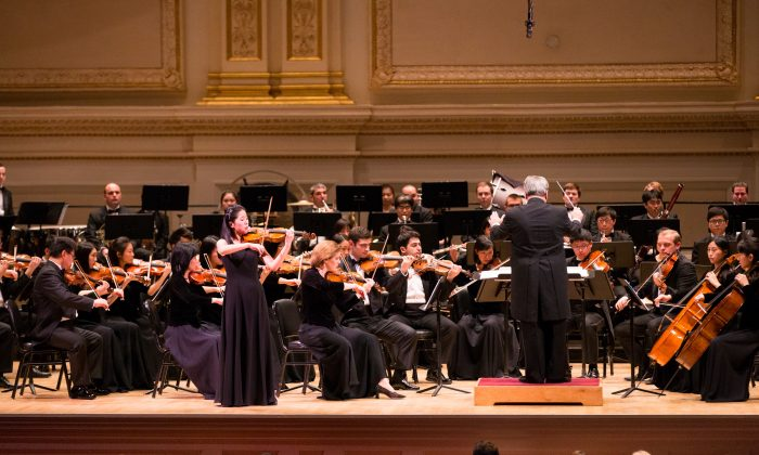Violinist Fiona Zheng performing with the Shen Yun Symphony Orchestra at Carnegie Hall, on Oct. 10, 2015. (Larry Dye/Epoch Times)