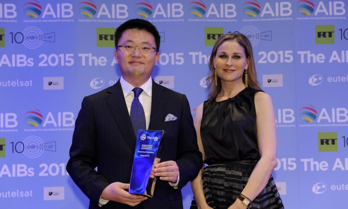 'Human Harvest' director Leon Lee receiving the AIB Award with CNN International's anchor and correspondent Hala Gorani (Courtesy of AIB)