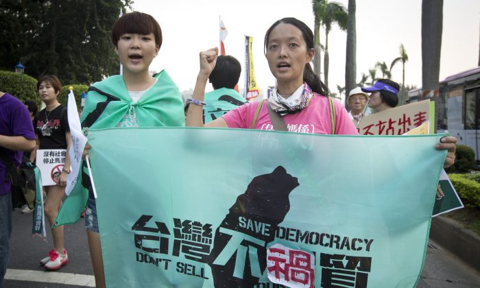 Protestors demonstrate against the meeting in Singapore between Taiwan's President Ma Ying-jeou and Chinese President Xi Jinping, on Nov. 7, 2015, in Taipei, Taiwan. (Ashley Pon/Getty Images)