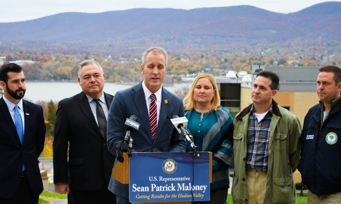 (L-R) Cullen Lyons, Joe Valenti, Congressman Sean Patrick Maloney, Lisa Gallina, Bruno Gatta, and County Executive Steven Neuhaus at Mt. St. Mary College in Newburgh on Nov. 7, 2015. (Yvonne Marcotte/Epoch Times)