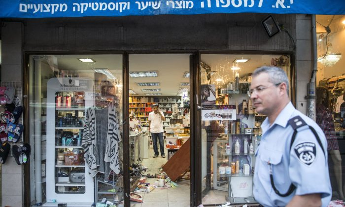 Israeli police and forensic experts inspect the scene of a stabbing attack in the Israeli city Rishon LeZion on Nov. 2, 2015. (JACK GUEZ/AFP/Getty Images)
