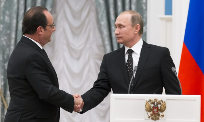 Russian President Vladimir Putin, right, and France's President Francois Hollande shake hands after their news conference following the talks in Moscow, Russia, Thursday, Nov. 26, 2015. (AP Photo/Alexander Zemlianichenko)