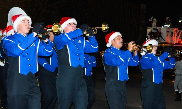 Middletown High School band march to Festival Square in Middletown on Nov. 27, 2015. (Yvonne Marcotte/Epoch Times)