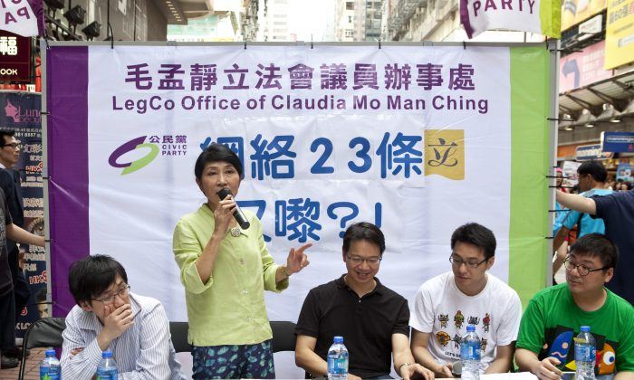 LegCo member Claudia Mo Man-ching is doing a consultation on Copyright Ordinance, also known as internet Article 23 on street in July 2013. (Epoch Times)