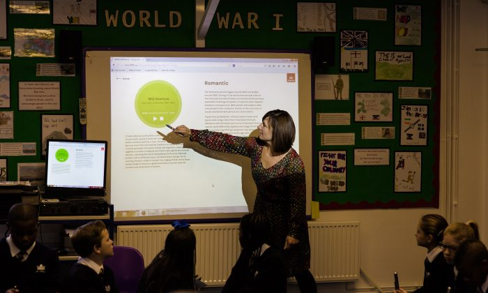 Ali Walker demonstrates the new ABRSM Classical 100 app at St. Charles Primary School in London, on Oct. 19. 2015. (Tom Weller/ABRSM)
