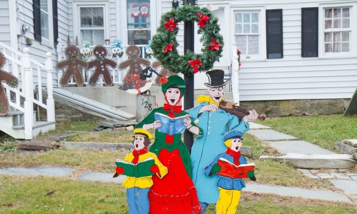 Handmade yard decorations at a house in Mount Hope on Dec. 15, 2015. (Holly Kellum/Epoch Times)
