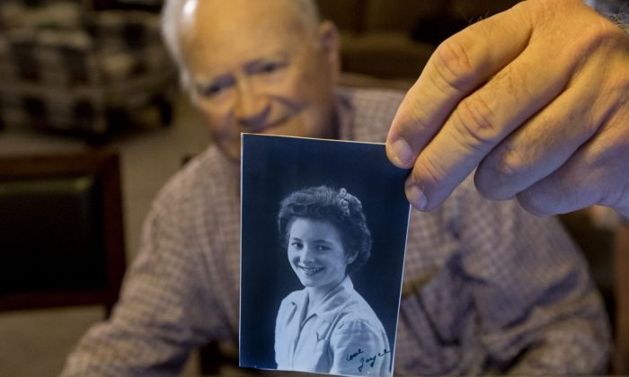 Norwood Thomas, 93, holds up a photo of with Joyce Morris at his home, on Nov. 6, 2015 in Virginia Beach, Va. (Bill Tiernan/The Virginian-Pilot via AP)