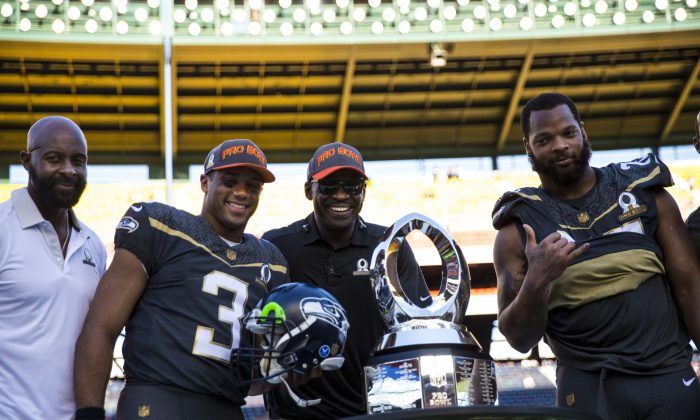 Pro Bowl participants (L-R) Jerry Rice, Russell Wilson, Michael Irvin, and Michael Bennett pose with the Pro Bowl Trophy after Team Irvin defeated Team Rice 49–27. (Kent Nishimura/Getty Images)