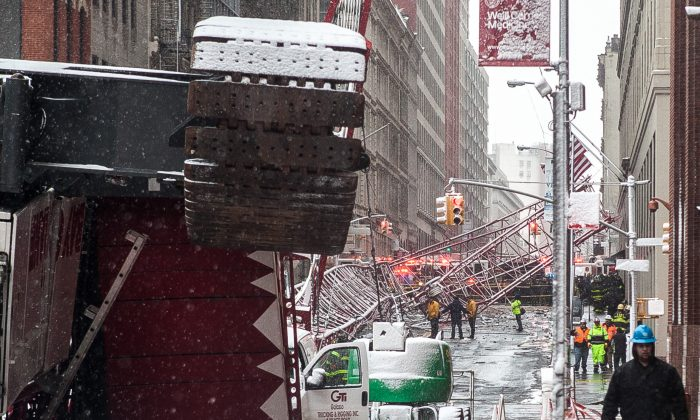 Collapsed crane on Worth St. in Tribeca, New York, on Feb. 5, 2015. (Petr Svab/Epoch Times)