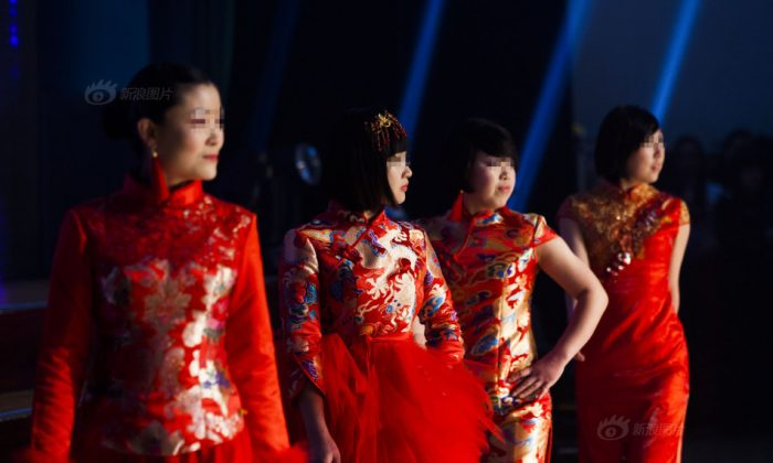 Prisoners and prison guards dress up for a fashion show in Jilin Women's Prison in Jilin Province on Feb. 3. (Screen shot of Sina.com)