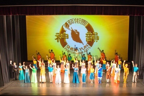 Shen Yun Performing Arts World Company's curtain call at Perth's State Theatre, on Jan. 30, 2016. (Epoch Times)