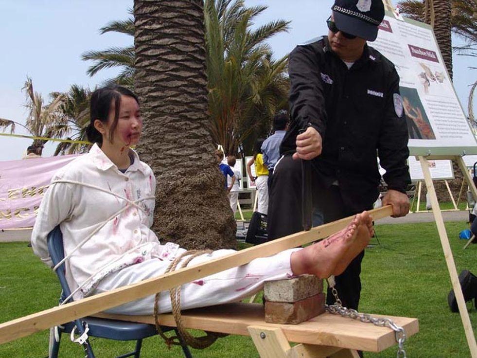 Falun gong transvestite